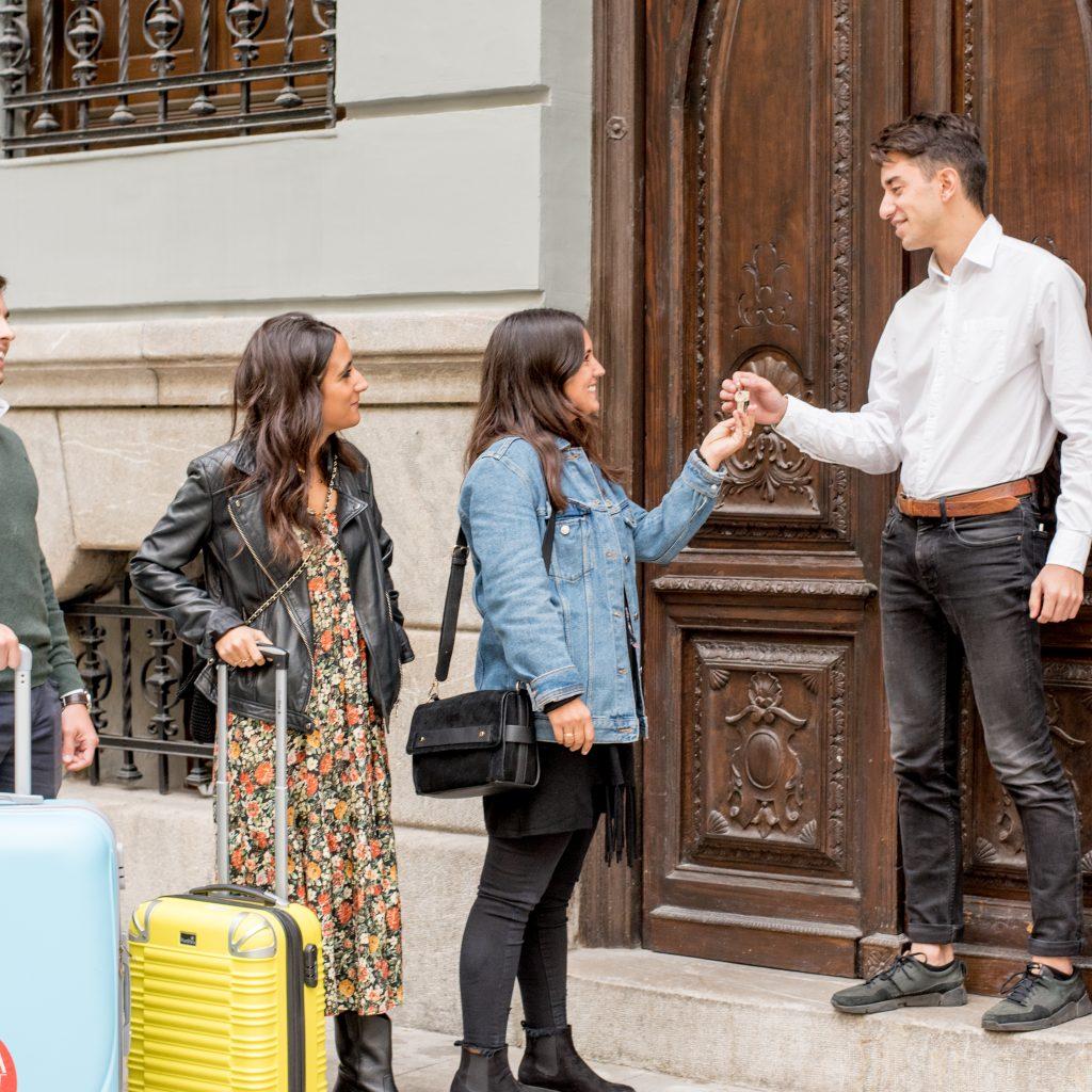 Foto en la que se entregan las llaves a varios huéspedes de tuAnfitrion.