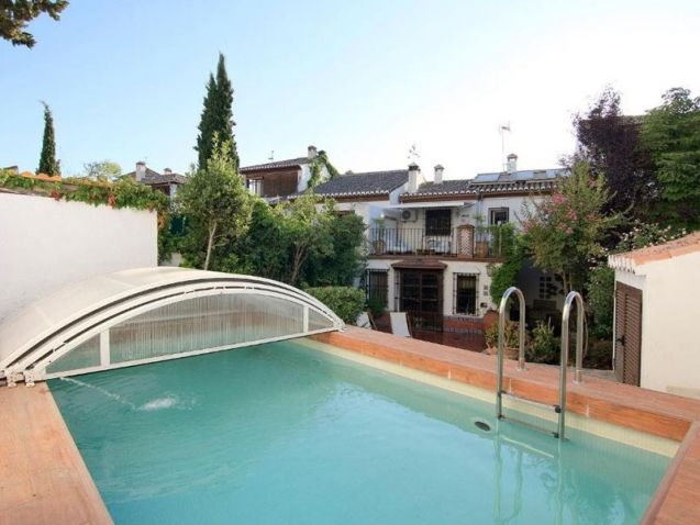 Casa apartamento en alquiler con una amplia piscina y jardín