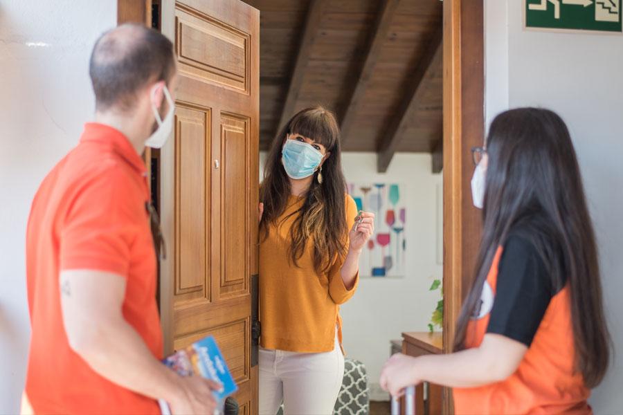 Una huésped de tuAnfitrion recibiendo visitas con mascarillas para aplicar las medidas de seguridad del Covid 19 en España en el sector turístico