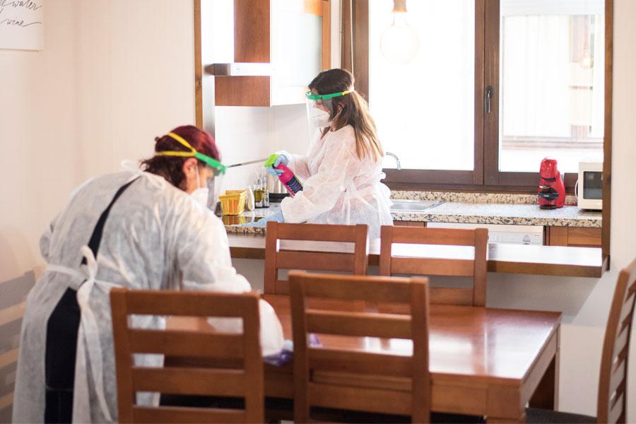 Dos limpiadoras de tuAnfitrion aplicando todas las medidas de limpieza y desinfección ante el Covid 19 en España