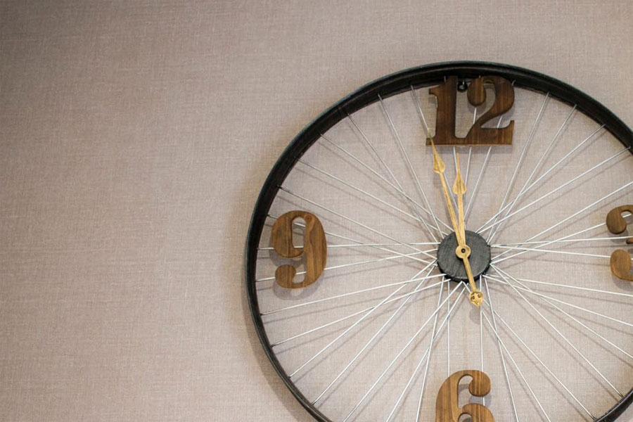 Un reloj decorativo en una de las propiedades para el alquiler de casas para vacaciones de tuAnfitrion