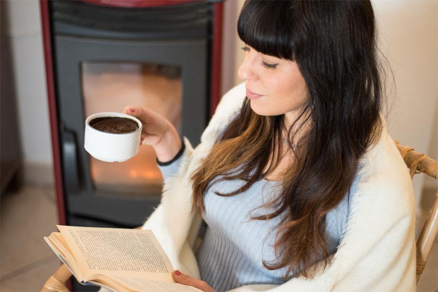 Una chica joven tomado tranquilamente café en una de las casas de alquiler en verano de tuAnfitrion