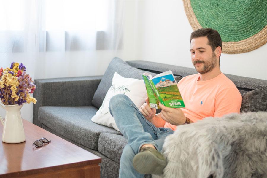 Un huésped en el sofá de una de las casas vacacionales en Booking de tuAnfitrion