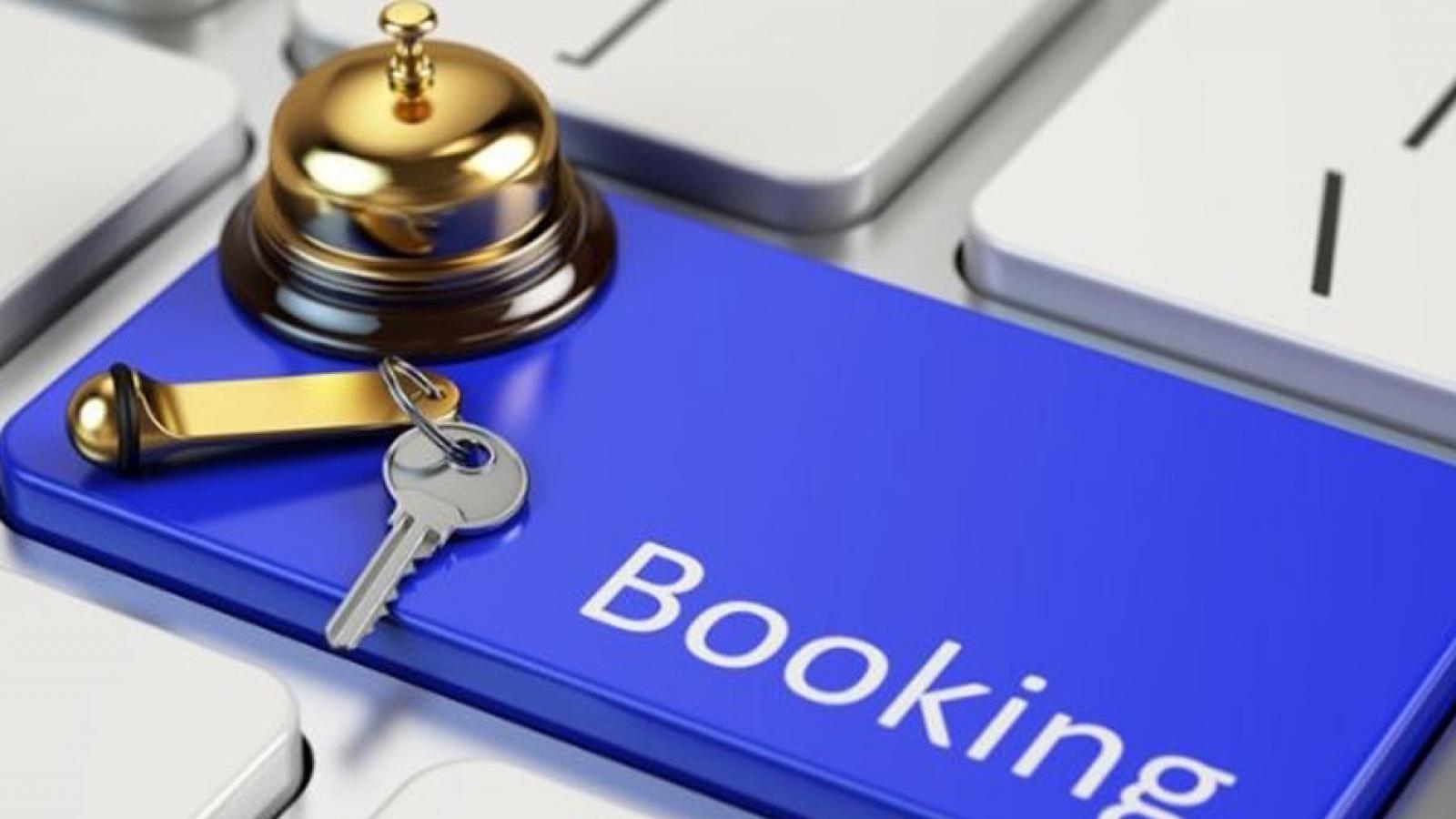 Un teclado de ordenador con una de las teclas con el logotipo de Booking en referencia a los mejores trucos para posicionar tu alquiler vacacional en Booking